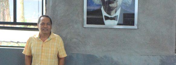 UNO-R alumnus donates artwork to school