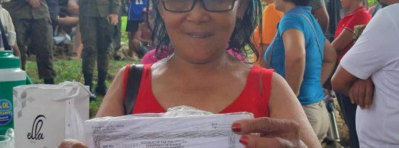 Moises Padilla mayor distributes land ownership certificates