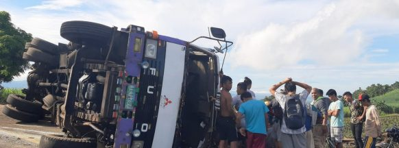 Two injured after sugarcane truck tips  over in La Castellana