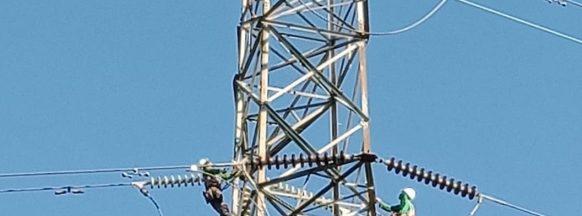 Man climbs electrical tower in Mansilingan