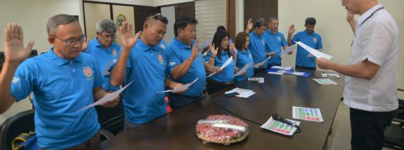 Governor leads oath-taking  for hog-raisers association